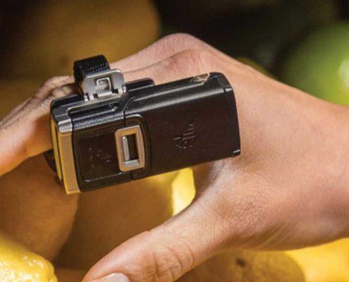 Ringscanner Zebra RS5100 seitlich an einem Finger getragen
