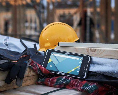 Handheld Industrie-Tablet Algiz RT8 auf der Baustelle
