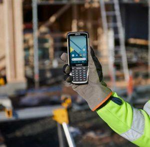 Handheld-Nautiz X41 Mobilcomputer im Einsatz auf einer Baustelle